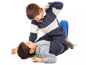 小孩子打人怎麼辦?家長正確應對五步走!