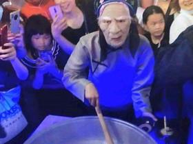 地攤擺出新高度萬人排隊喝孟婆湯